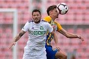 Brno - Zápas 6. kola fotbalové FORTUNA:LIGY mezi SFC Opava a MFK Karviná 25. srpna 2018 na Městském stadionu v Brně. Luboš Tusjak (MFK Karviná) a Matěj Helebrand (SFC Opava).