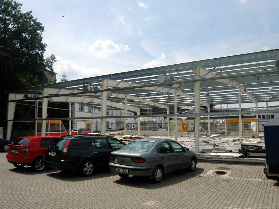 Demontáž jedné z budov v prostoru městské tržnice.