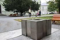Do konce října se má opravený barometr vrátit na své místo ve Dvořákových sadech.
