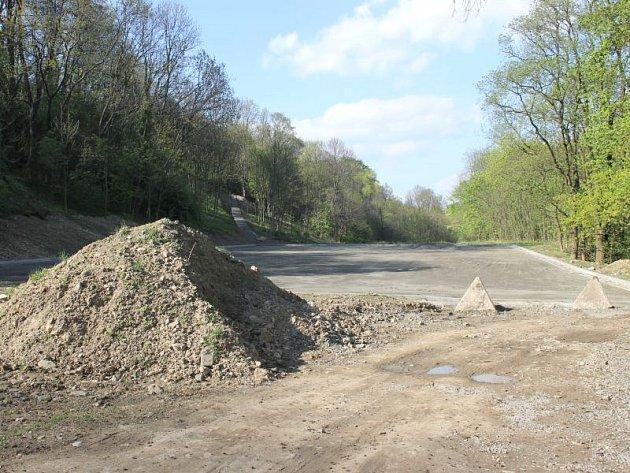 Stavba odstavné plochy pod hradeckým zámkem byla před nedávnem zastavena.