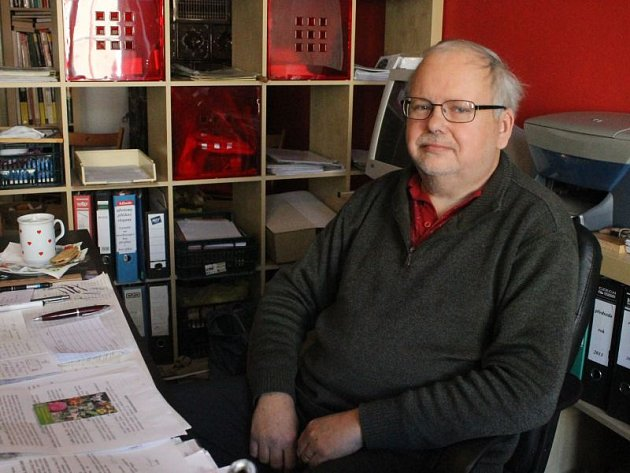Předseda ČZS ZO Opava Lubomír Fišer ve své opavské kanceláři vOlomoucké ulici.