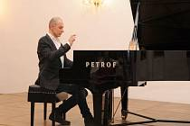 Luca Gualco u piana v sále Minoritského kláštera.