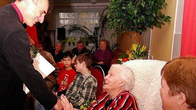 Ke stým narozeninám přišel Heleně Bechové popřát kromě rodiny i hlučínský starosta Bernard Ostárek.
