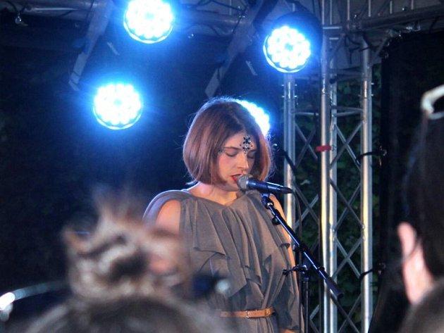 Pestrou škálu hudebních vystoupení měli během pátku a soboty na výběr návštěvníci čtvrtého ročníku festivalu Hradecký slunovrat.