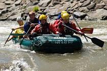 Po výcviku na stojaté vodě a noční akci na Slezské Hartě ve středu se ve čtvrtek posádky hasičů z HZS MSK, Velké Británie a Nizozemska přesunuly na umělý vodní kanál v Opavě, kde jejich výcvik pokračoval zdoláváním divoké vody a řešení nehod raftů.