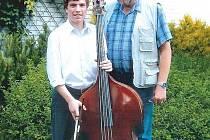 Pedagog Oldřich Jíra s nadějným kontrabasistou Jiřím Schenkem.