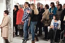 Vernisáže se uplynulý čtvrtek zúčastnilo nebývalé množství lidí. Jejich počet se odhaduje okolo tří set. Kromě Drtikola se přišli podívat i na tři další výstavy. Zasloužená pozornost patřila malířce a sochařce Ivě Mrázkové a její výstavě Mosty.