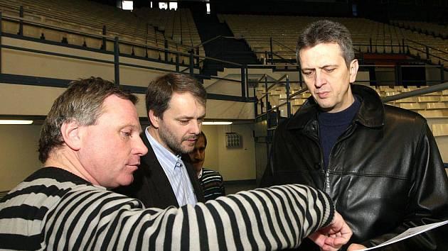 Na konci minulého týdne byla ve vítkovické ČEZ Aréně vzácná návštěva. Při prohlídce haly jsme zastihli šéfa organizační komise FIBA Predraga Bogosavljeva (vpravo) a výkonného ředitele organizačního výboru MS Stanislava Křiváčka (uprostřed).