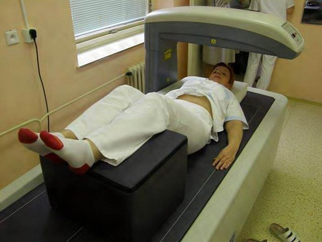 Denzitometr. Tento přístroj  už dokáže vyšetřit celé tělo pacienta