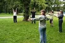 Vždy ve středu od 17 hodiny zaujme procházející opavským Městským parkem skupina lidí, kteří se zde nedaleko bran fotbalového stadionu věnují cvičení u nás zjednodušeně nazývanému jako tai či.