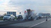 Na silnici směrem z Komárova na Suché Lazce a Nové Sedlice probíhá frézování, což značně komplikuje dopravu.