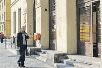 Někteří lidé vcházející do budovy Hlavní pošty v Opavě možná ještě netuší, že už uvnitř funguje nový vyvolávací systém.