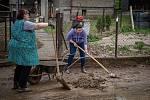 Obyvatelé Šilheřovic odklízeli následky lokálních povodní, 14. května 2021.