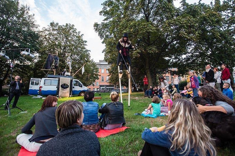 Několik desítek lidí se sešlo v sobotu v parku za Slezankou v centru Opavu. Od šesti hodin tam měli možnost zhlédnout pouliční inscenaci Cháronovi blázni v provedení divadla 100 opic.