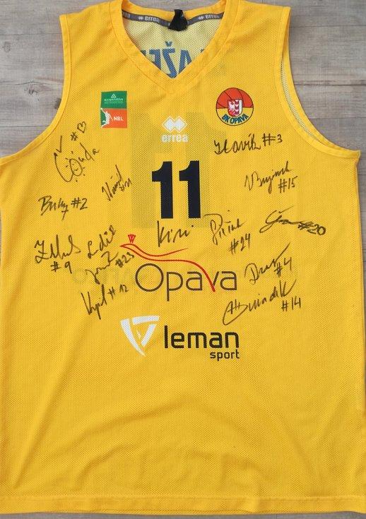 Jakub Blažek - dres BK Opava podepsaný všemi hráči.