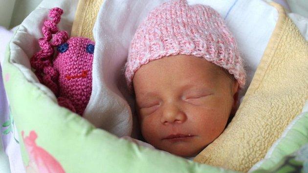 Julie Králová se narodila 13. listopadu, vážila 2,54 kg a měřila 45 cm. Rodiče Kateřina a Tomáš ze Slavkova své dceři přejí, aby byla v životě šťastná, spokojená a měla spoustu kamarádů. Na Julinku už doma čekají sourozenci Lukáš, Jonáš a Terezka.