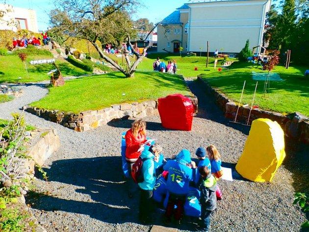Žáčci si ekologickou akci na školní zahradě s chutí užívali.