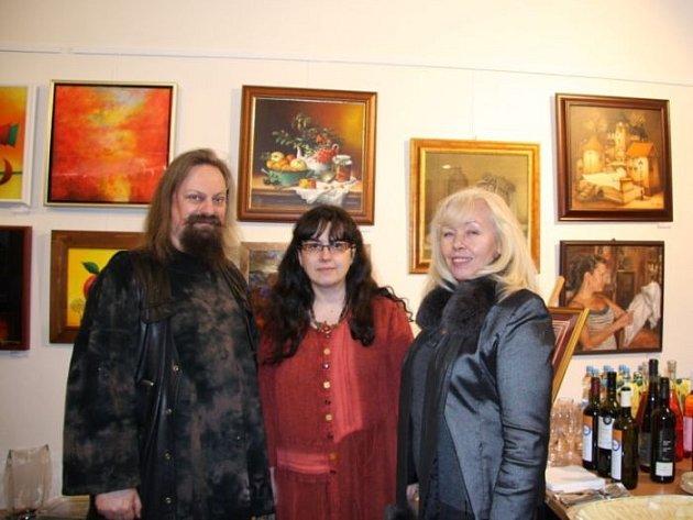 Zleva Ondřej Kočár se svou manželkou a pražskou malířkou Viktorií Chaloupkovou.