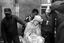 Při pohledu na Golovy fotografie prostupuje pozorovatelem celá škála emocí od lítosti až po směšnost.