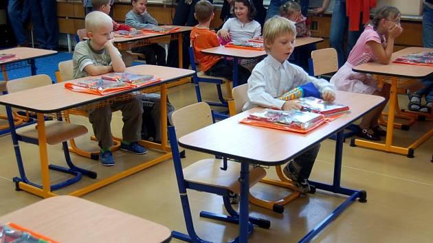 Vyhovující židle a stoly. Ty musejí pořídit mateřské, základní i střední školy.