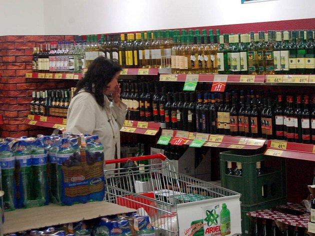 Alkohol si raději než u pokoutních prodejců kupte v obchodě.