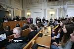 Začátek debaty měl oproti původnímu programu půlhodinové zpoždění. Při samotné diskusi pak padlo pouze 6 dotazů. Celkově tedy strávil Zeman v budově univerzity přibližně 25 minut.
