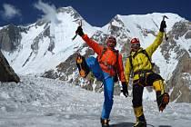 Horolezci Marek Holeček (vlevo) a Tomáš Petreček na ledovci.