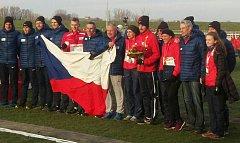 Česká výprava na evropském šampionátu v Šamorínu brala díky smíšené štafetě, jejíž součástí byl Jakub Holuša (na snímku s kytic v ruce), stříbrné medaile.