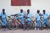 Školáci v africké Gambii budou mít díky organizaci Kola pro Afriku možnost studovat. Pro mnohé z nich je škola příliš daleko, než aby do ní docházeli pěšky.