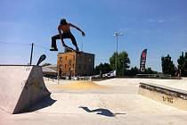 Nino Pobre ze Španělska na překážkách v opavském skateparku.