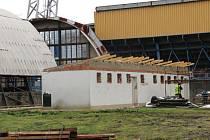 Po staré plechové hale, která se nachází v blízkosti tribuny G městského fotbalového stadionu, brzy nebude ani památky. Do její demontáže se totiž před nedávnem pustili dělníci.