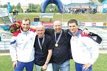 Marek Šindler (vlevo) a Jonáš Kašpar se po vítězném finále nechali zvěčnit u krakovského kanálu i se svými otci, kteří jsou jejich obrovskými fanoušky.