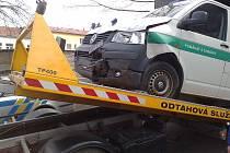 Dopravní nehoda policejního auta a Fordu Fiesta.