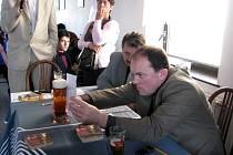Porotce důkladně kontroloval stav nápoje a žádnou chybu neprominul.