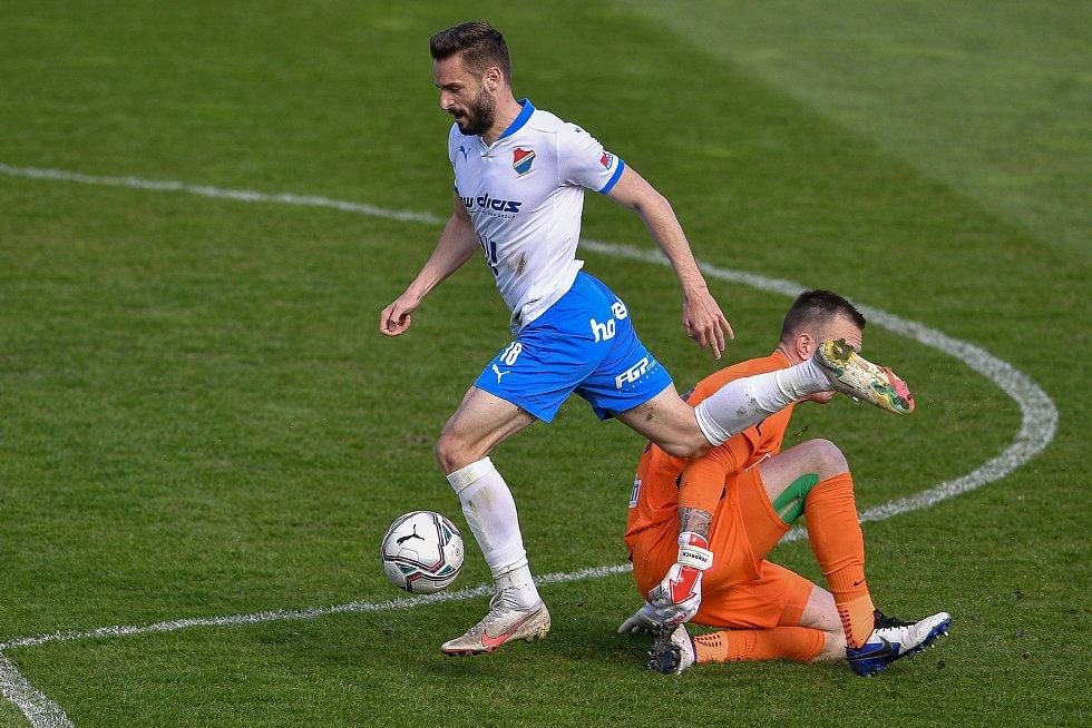 Utkání 26. kolo první fotbalové ligy: FC Baník Ostrava – SFC Opava, 10. dubna 2021 v Ostravě. (zleva) Tomáš Zajíc z Ostravy proti brankář Opavy Vilém Fendrich.