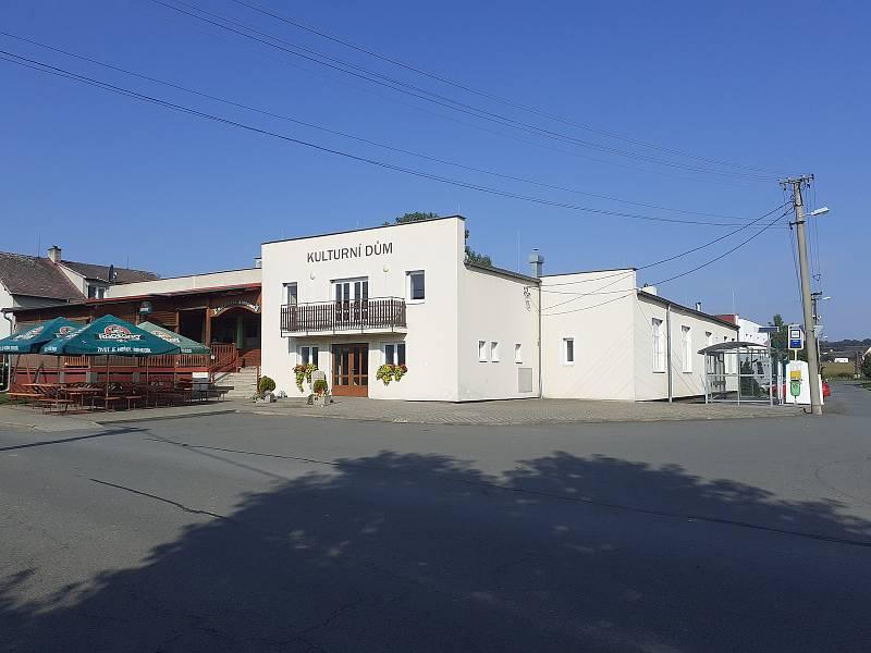 Kulturní dům s přilehlou restaurací.