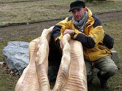 Tomáš Valušek se svým dílem Andělská ústa. (březen 2008)
