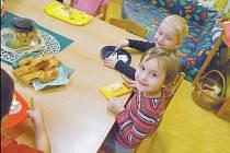 Během tvorby jablečného salátu děti ovoce nejen zpracovávaly, ale také jedly.