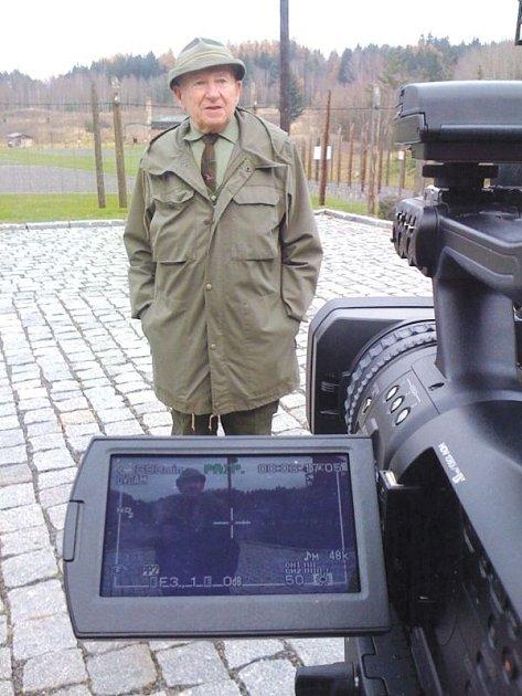 Bývalý mukl František Zahrádka zavede diváky dokumentu přímo do míst, kde byl zavřený.