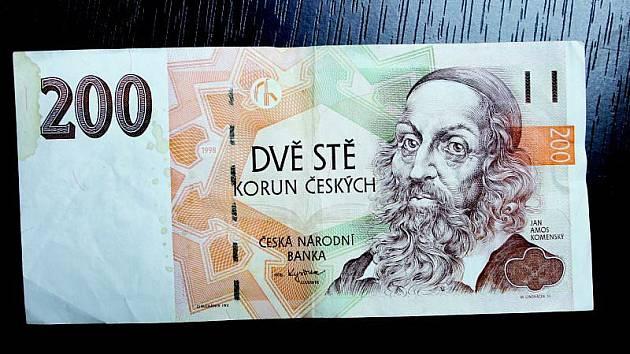 Tuto dvousetkorunovou bankovku odmítli na bankovní přepážce vzít, protože je špinavá. Její majitelka ji přitom jen chvíli před tím vybrala z bankomatu téže instituce.