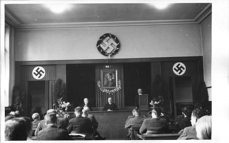 Fotografie snad z oslav 50. narozenin Adolfa Hitlera 20. dubna 1939, snad v evangelické modlitebně v Opavě.