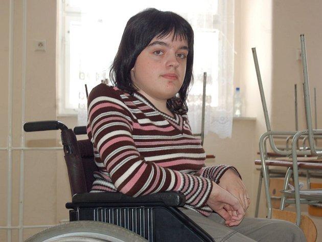 Gymnazistka na vozíčku. Hlučínská gymnazistka Martina Středulová se díky novému výtahu dostane brzy do všech pater školy.