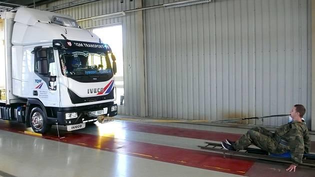 Světová rekord v tažení trucku vážícího 5100 kilogramů zuby na 3,28 metru padá v Opavě v sobotu 4. září 2021.