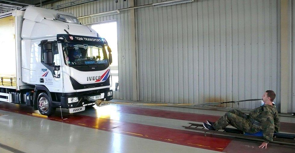 Světový rekord v tažení trucku vážícího 5100 kilogramů zuby na 3,28 metru padá v Opavě v sobotu 4. září 2021.