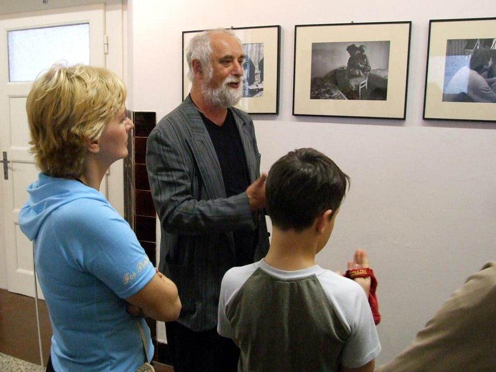 Jindřich Štreit. Jeho fotografie jsou k vidění v Galerii Gaudeamus na chodbách vítkovského gymnázia.