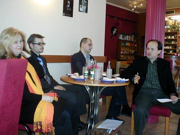Novou sezonu představil šéf činohry Zdeněk Černín (první zprava). Vedle něj sedí ekonom divadla Martin Dobeš, náměstek ředitele Ondřej Bartoš a operní režisérka Jana Andělová–Pletichová.