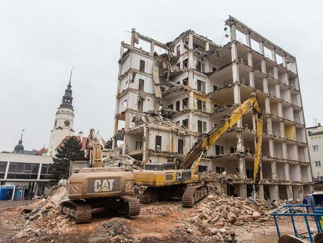 Stroje rozebírají bývalou budovu ministerstva zemědělství.