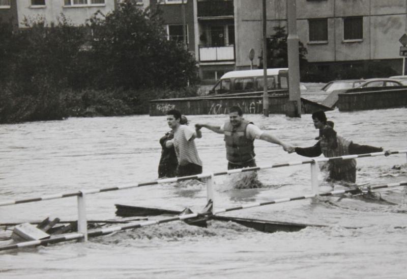 Několik lidí se pokouší před povodní uniknout z Kateřinek. Na snímku se nachází nedaleko podchodu v Ratibořské ulici.