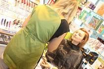 Díky šikovným rukám kadeřnic z kadeřnictví KLIER získaly ženy atraktivní účes, díky kosmetičkám z obchodu Yves Rocher zase profesionální nalíčení.