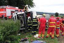 Dvě jednotky hasičů zasahovaly v úterý dopoledne ve Štáblovicích u nehody kamionu, který vezl v cisterně mléko. Kamion s přívěsem skončil po průjezdu zatáčkou v příkopu na levém boku.
